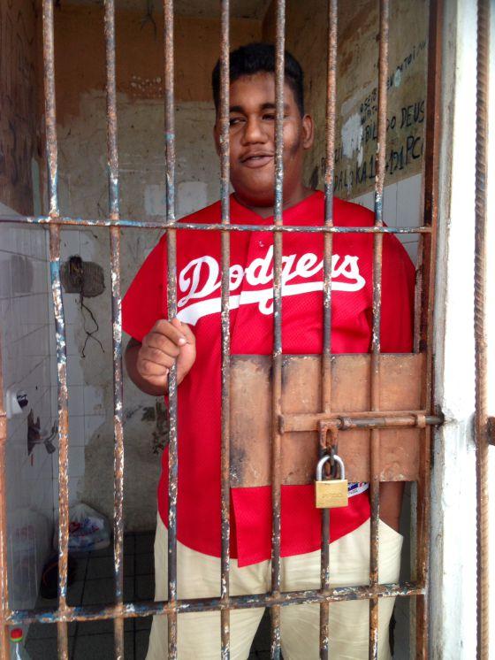 Railson Silva, que ficou três dias algemado em um banco.