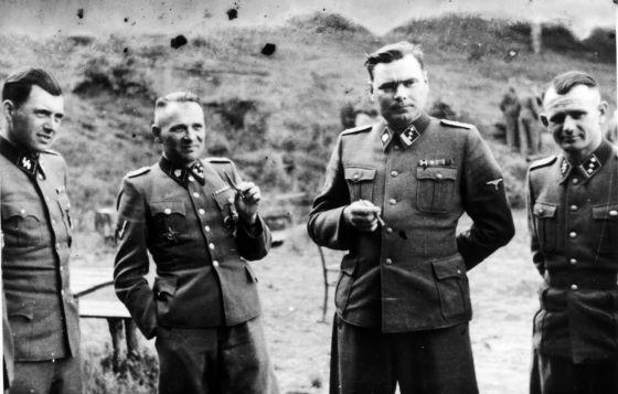 À esquerda, Josef Mengele (1911-1979).