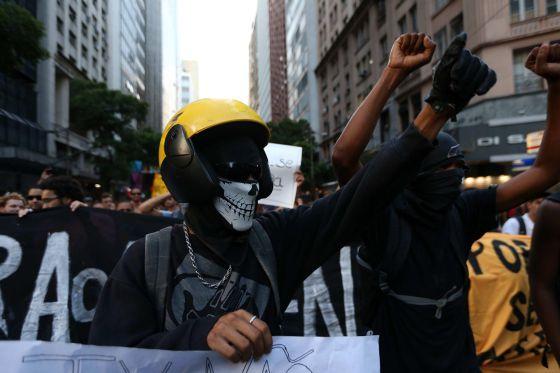 Protesta contra el aumento de la tarifa del autobús este lunes en Río.