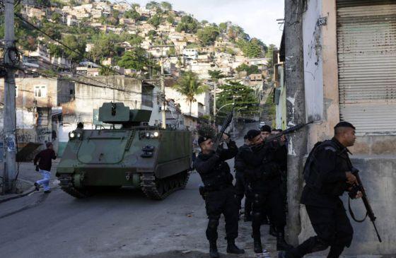 Batallón de choque en la favela Árvore Seca, en Río