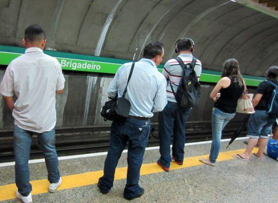 Passageiros esperam o metrô na linha verde, em São Paulo.