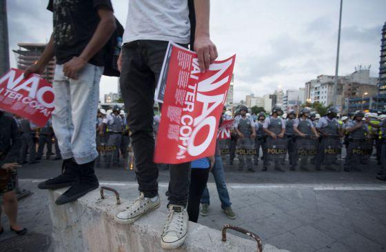 Manifestante segura cartaz contra a Copa neste mês em São Paulo.