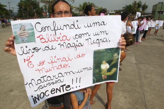Amigos de Fabiane protestam contra o seu linchamento.  Agência O Globo