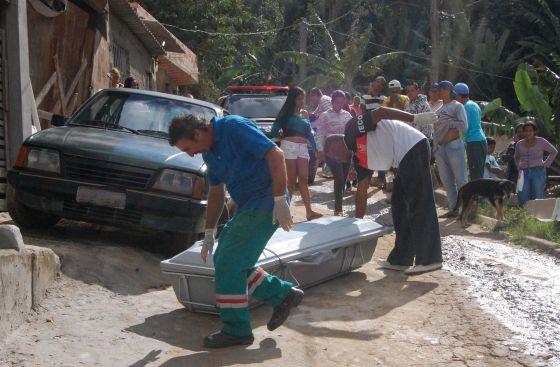 Homens carregam o corpo de Ane Kelly dos Santos