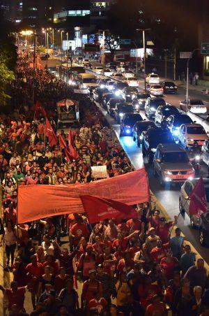 Manifestantes del movido MTST cierran la Marginal Pinheiros en un protestado multitudinario contra la Copa.