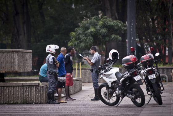 Policiais durante uma abordagem em São Paulo.