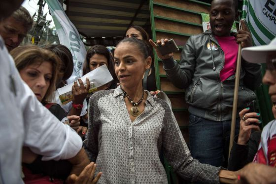 Marina Silva durante passeata na Rocinha, no Rio.