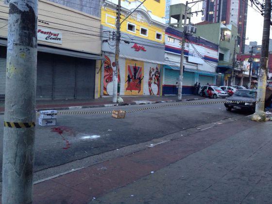 Uma mancha de sangue na rua onde começaram os distúrbios.