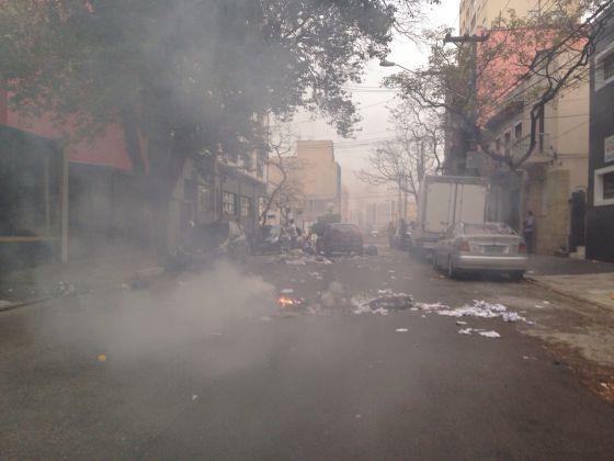 Barreiras de lixo queimado foram colocadas na Lapa.