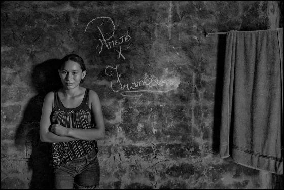 Francilene, 14 anos, ao lado de uma inscrição com o nome dela e do marido.