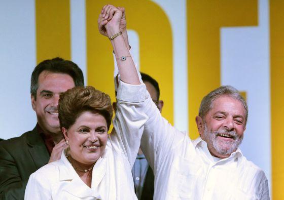 Dilma e Lula celebram a vitória neste domingo em Brasília.