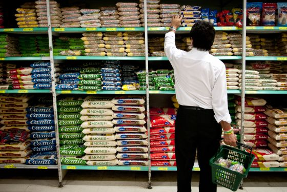 Consumidor faz compras no supermercado.
