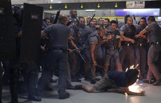 PM de São Paulo ataca alunos em protesto