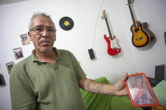 Daniel Eustáquio mostra a tatuagem e uma foto de seu filho César, morto por PMs.