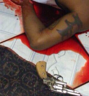 Arma em cena do crime montada por PMs no dia 31 de dezembro de 2014.