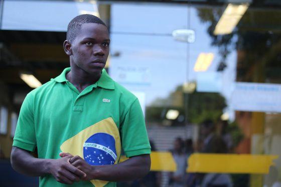 Chauan Cezário, uma das vítimas dos PMs, em delegacia no Rio.