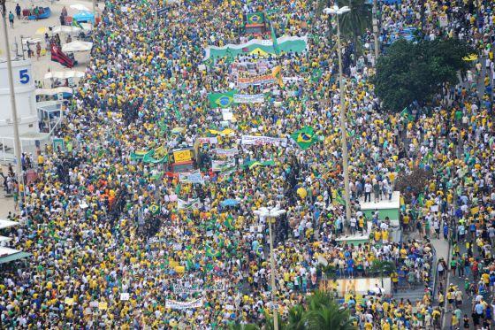 Manifestantes na praia de Copacabana, no Rio.