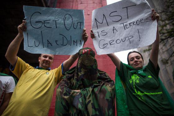 Uma multidão protesta contra o Governo Dilma