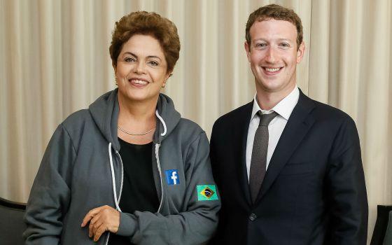 El fundador de Facebook, Zuckerberg, habla junto al presidente de Panamá