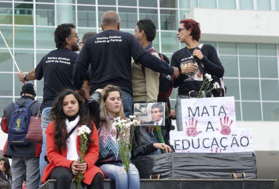 Professores protestam em Curitiba, em 5 de maio.