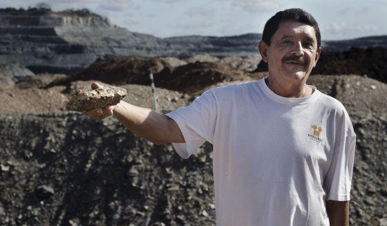 Santos exibe um pedaço de rocha com arsênio.