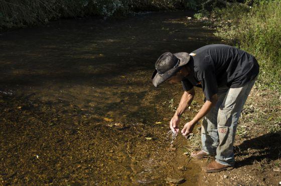 Sem informação sobre a contaminação dos rios, moradores usam a água.