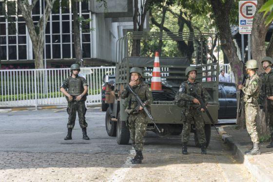 Militares na entrada do recinto da Sabesp, em Pinheiros.