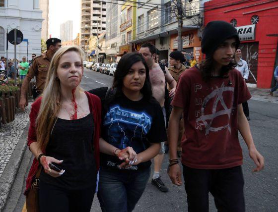 Jovens são agredidos durante a manifestação de Curitiba.