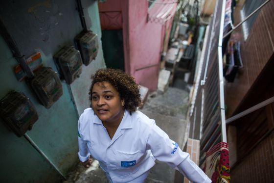 A enfermeira Gehovania Rosa Neves, em direção a casa de um paciente.