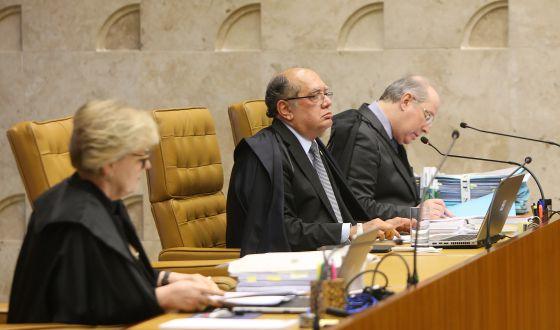 Ministro Gilmar Mendes entre os colegas Rosa Weber e Celso de Mello.