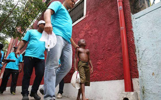 Enquanto polícia blinda praias do Rio, moradores de favela cobram estrutura