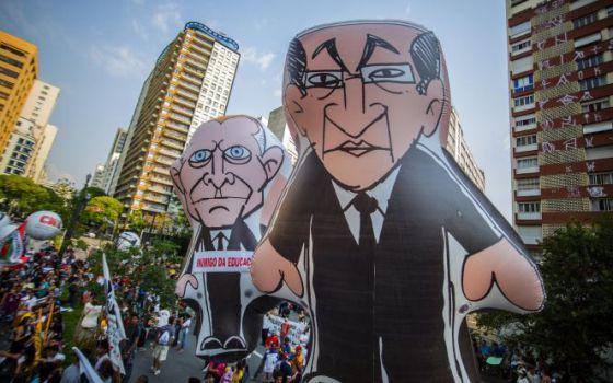 Bonecos de Alckmin e do secretário de Educação de São Paulo, Herman Voorwald, em protesto no dia 20 de outubro contra a reorganização escolar da rede estadual.
