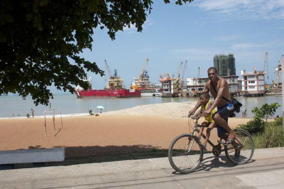 Os navios petroleiros são parte da paissagem de Macaé.