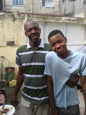 Jorge e o filho Roberto, morto por policiais aos 16 anos.