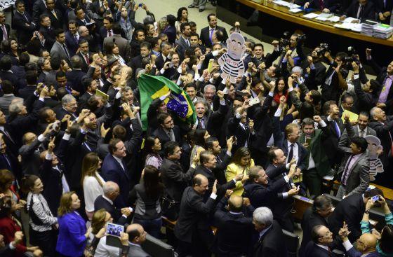 Deputados comemoram aprovação da comissão de impeachment