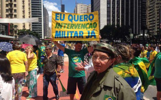 Cartaz na Paulista pede intervenção militar.