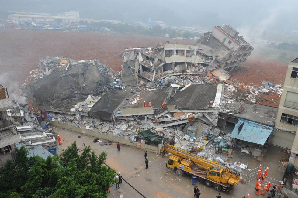 Deslizamento de terra derruba vários edifícios na China