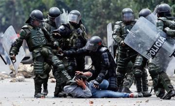 Agentes da ESMAD mobilizam um manifestante, em 2013.