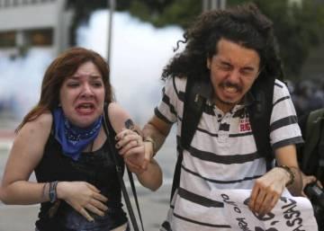 A volta ao mundo dos abusos policiais contra as manifestações