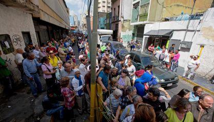 Fila em frente a um mercado em Caracas.