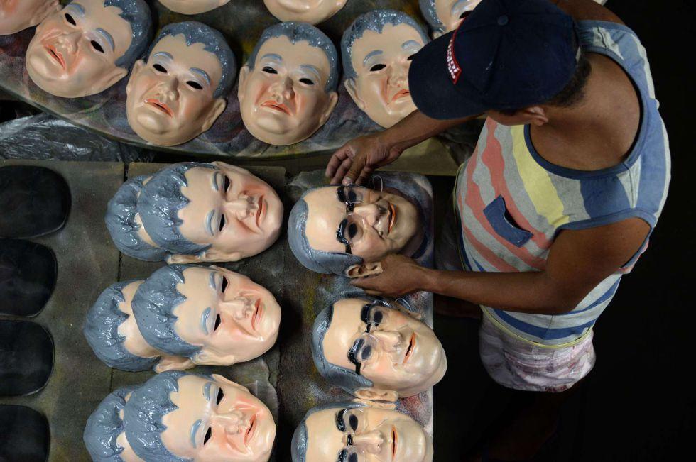 As fábricas de máscaras apelam à popularidade de Eduardo Cunha e o japonês da Federal para avalancar suas vendas.