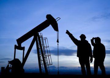 Baixa recorde nos preços do petróleo afunda as contas das gigantes da indústria