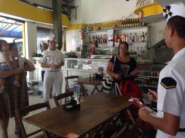 Soldados pedem colaboração da população em bar do Rio.