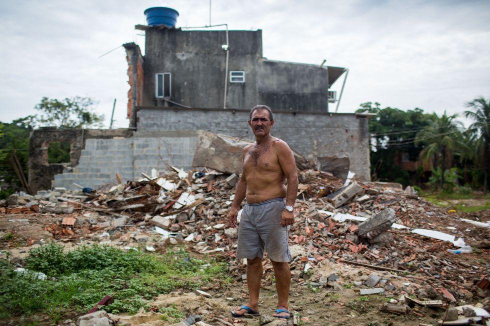 Francisco Marinho em frente à casa onde vive na Vila Autódromo.