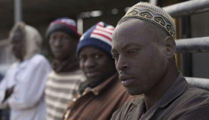 Imigrantes esperam por trabalho na Líbia.