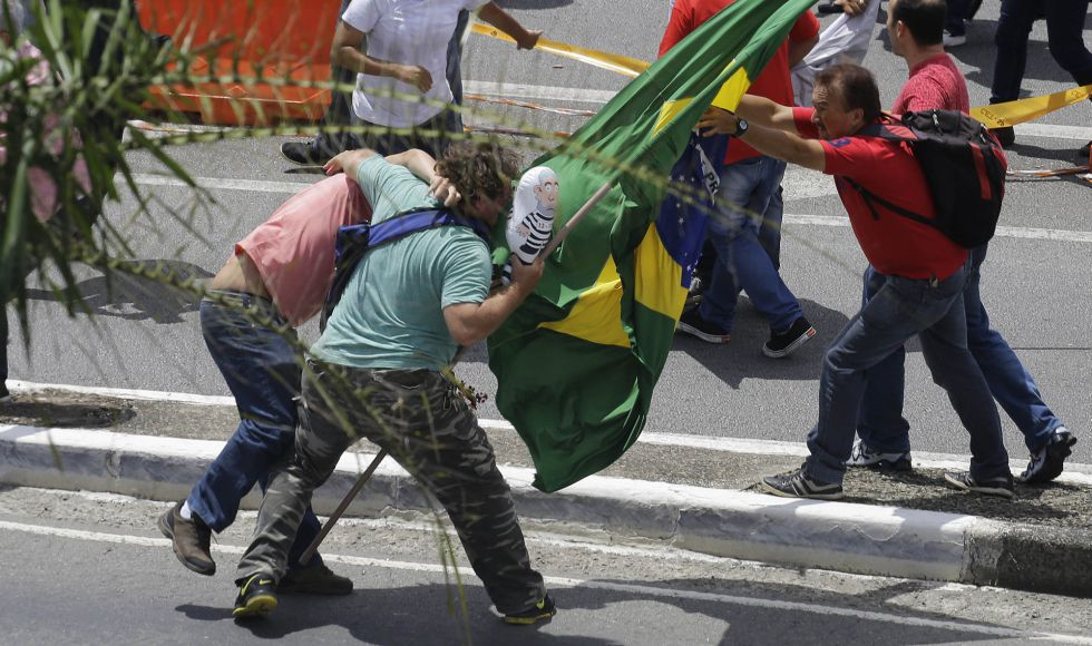 Manifestantes en contra y a favor del PT se enfrentan en São Paulo el viernes pasado.