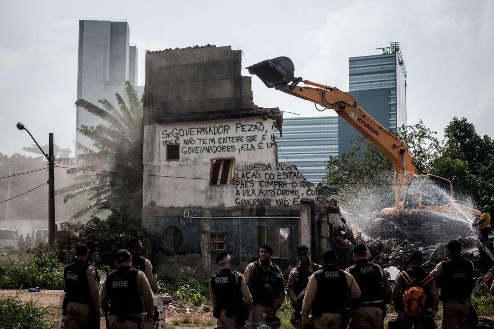 Demolición este martes de la casa-símbolo de Vila Autódromo.