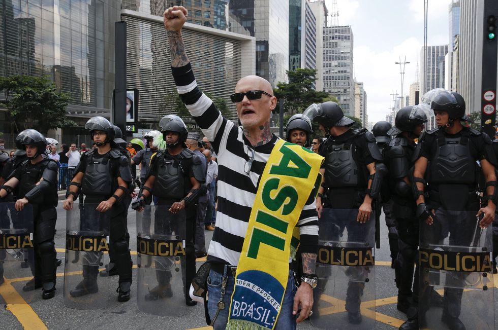 Manifestante pró-impeachment e policiais na Paulista.