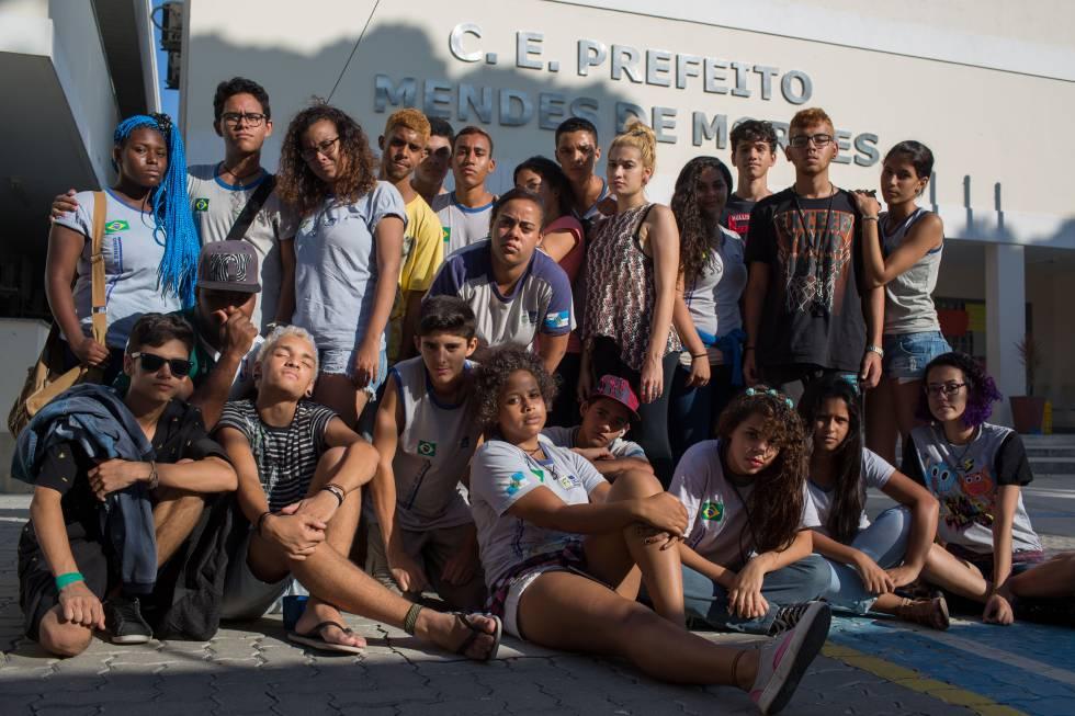 Alunos da escola estadual ocupada na Ilha do Governador, no Rio.