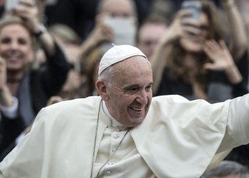 Papa volta de Lesbos com 12 refugiados que acolherá no Vaticano